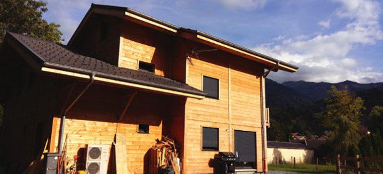 Maison bois à Morillon par Piron Charpente - vue de côté